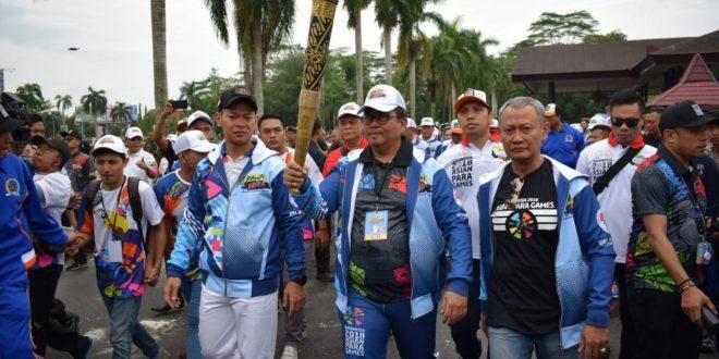TIBA DI PONTIANAK API OBOR ASIAN PARA GAMES 2018 DIARAK JUGA OLEH WAKIL JAKSA AGUNG RI (CdM INDONESIA)
